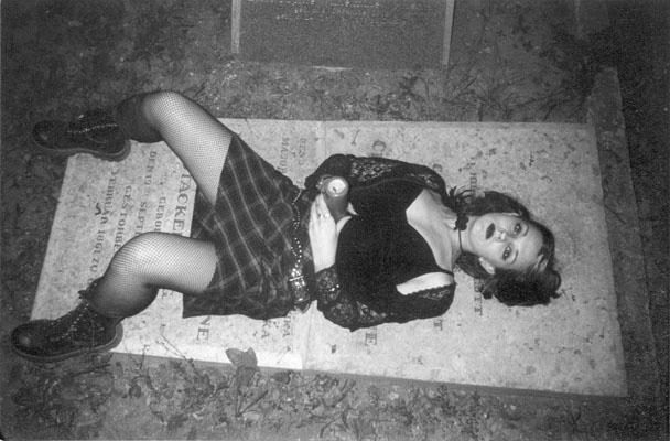Порно на кладбище готика
